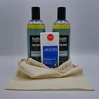 Dárková SUPERSADA pro muže: 2 x 400 ml šampon a sprchový gel Modrý cedr Faith in nature + tuhý deodorant pro muže 71 g Jäson + lněný pytlík